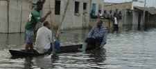 le leader de l'UFC dans une barque au côté de sinistrés